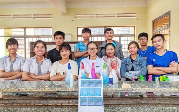 CLB STEM Trường THPT Ea H'leo tự điều chế nước rửa tay diệt khuẩn phòng dịch Covid-19.