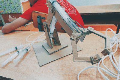 """Chế tạo """"Cánh tay Robot"""" cùng CLB STEM Đoàn trường THPT Ea H'Leo buổi 6!"""