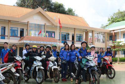 THPT Ea H'Leo tổ chức thăm buôn kết nghĩa Tri B tết Trung thu 2020